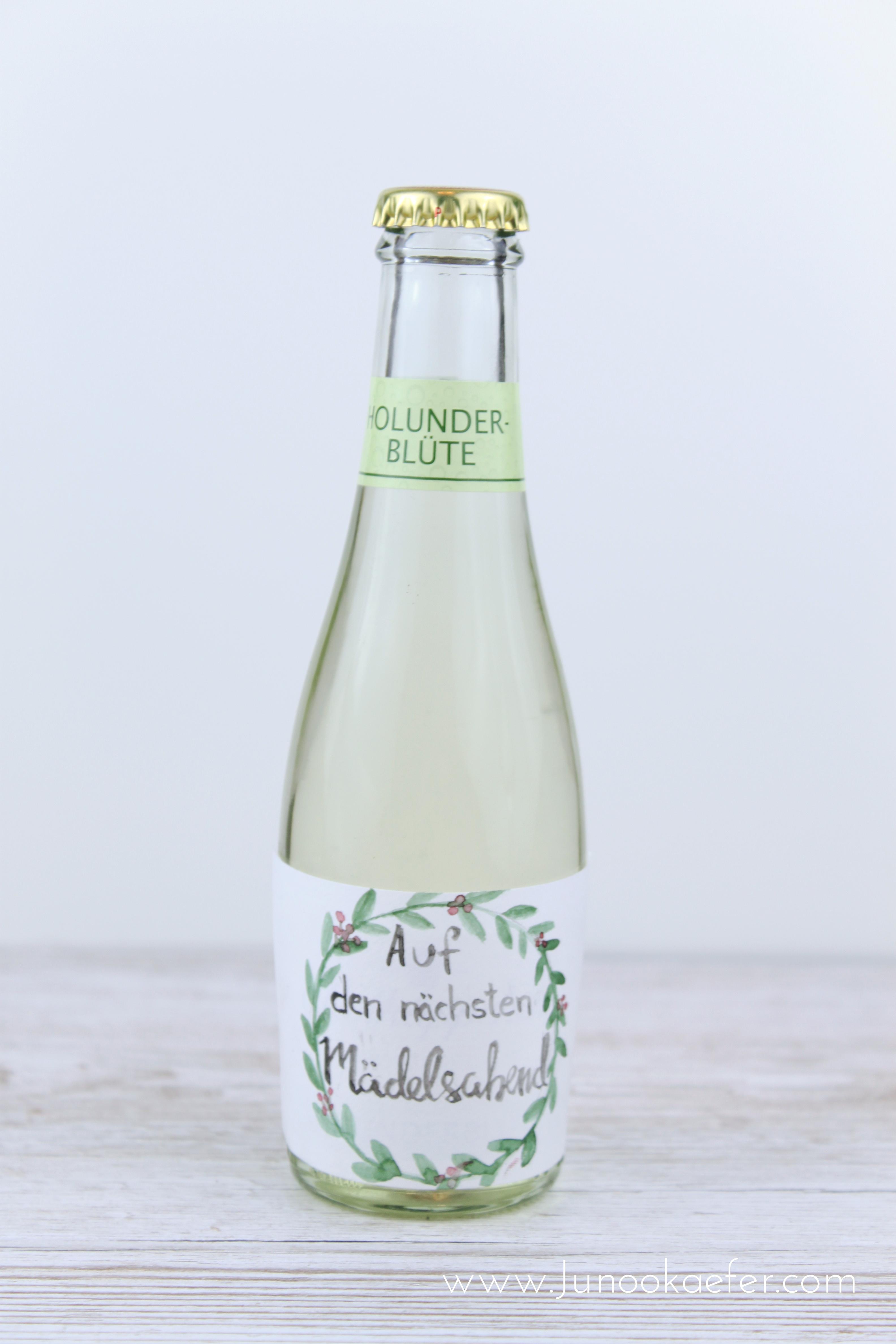 """Flasche mit Aquarellkranz und beschriftet """"auf den nächsten Mädelsabend"""""""